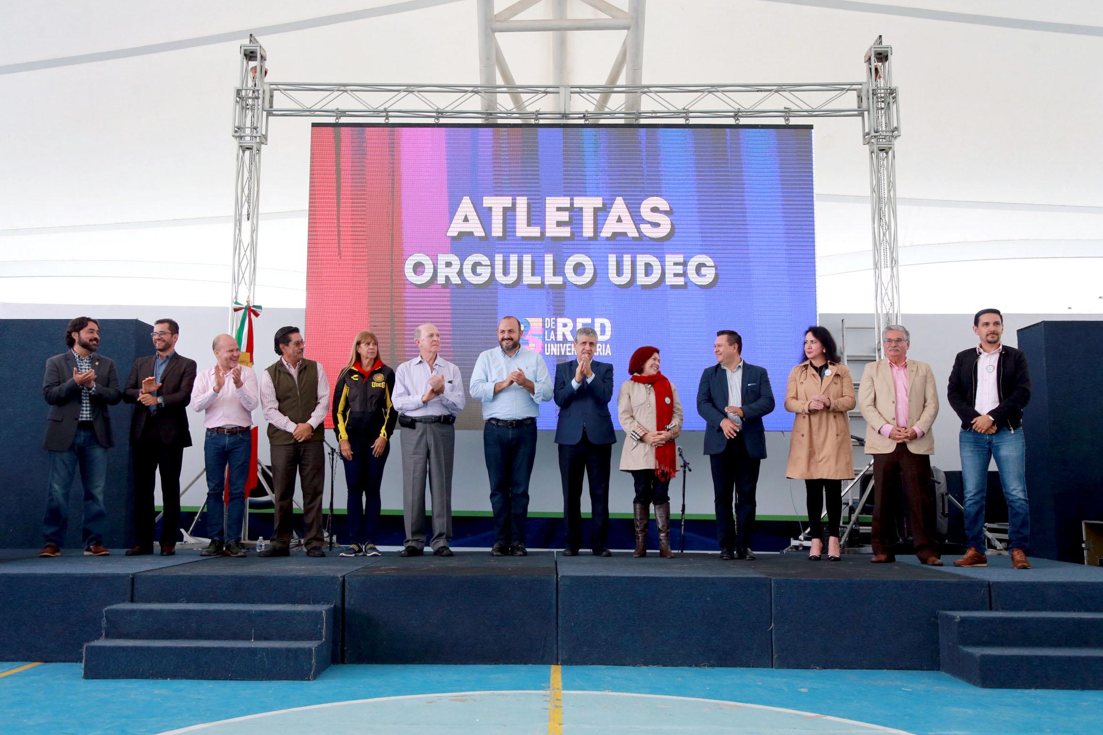 El Rector General, doctor Ricardo Villanueva con el rector del CUValles, en la entrega de reconocimietos a atletas