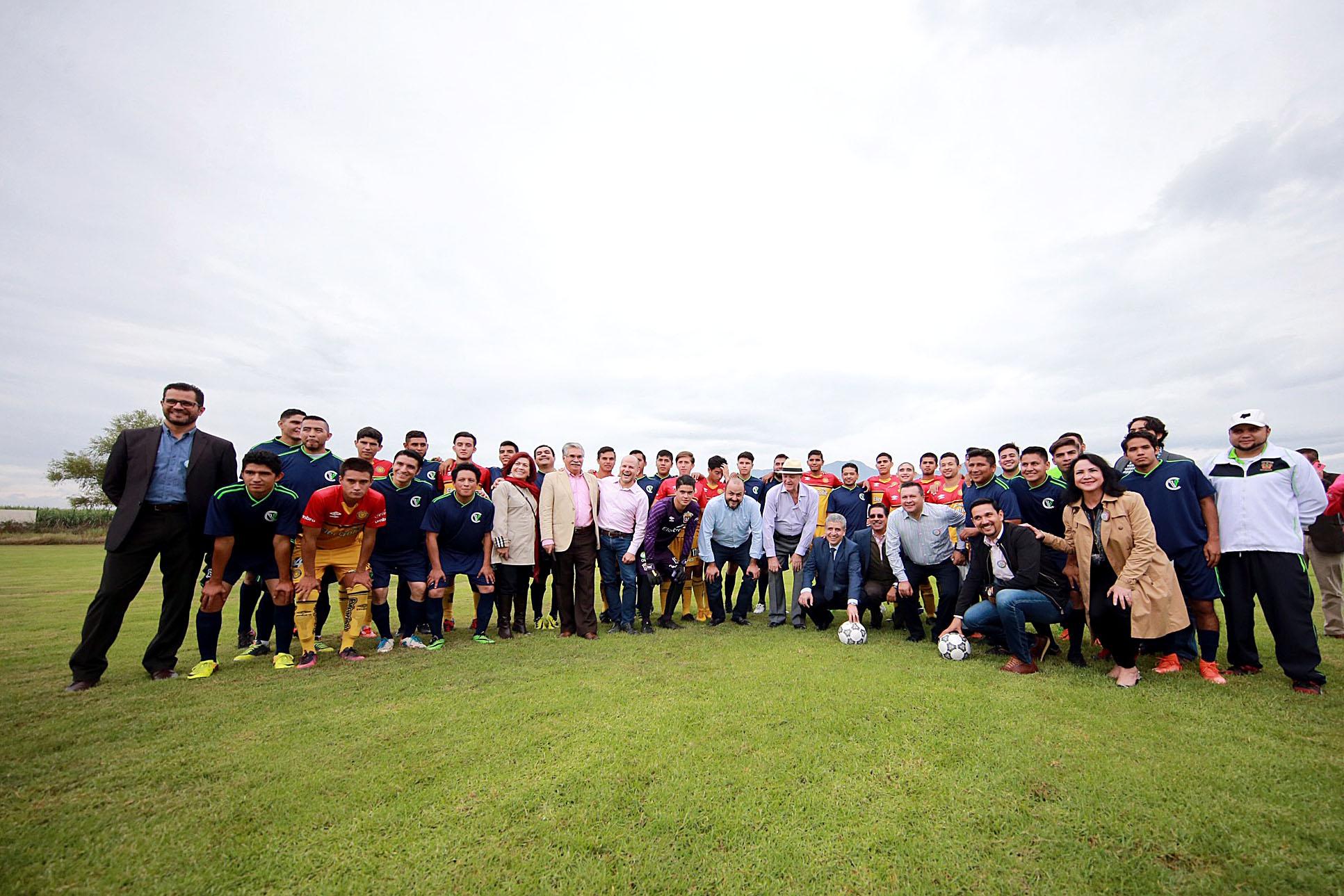En la cancha de futbol, Rector General y Rector de CUValles con comunidad universitaria