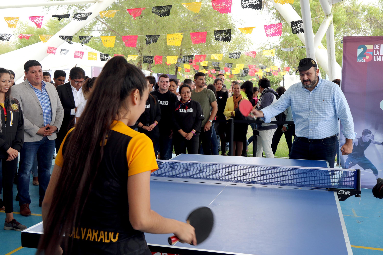 Juega Ping Pong el Rector General en el Festival Regional de CUValles por los festejos de los 25 años de la Red