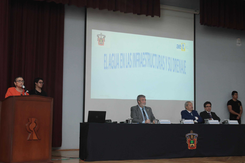 La Rectora del CUCEI, doctora Ruth Padilla Muñoz destaca la labora del ingeniero Jorge Matute Remus