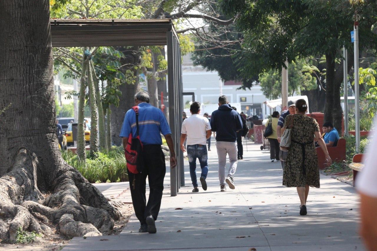 Gente caminando por el centro de Guadalajara