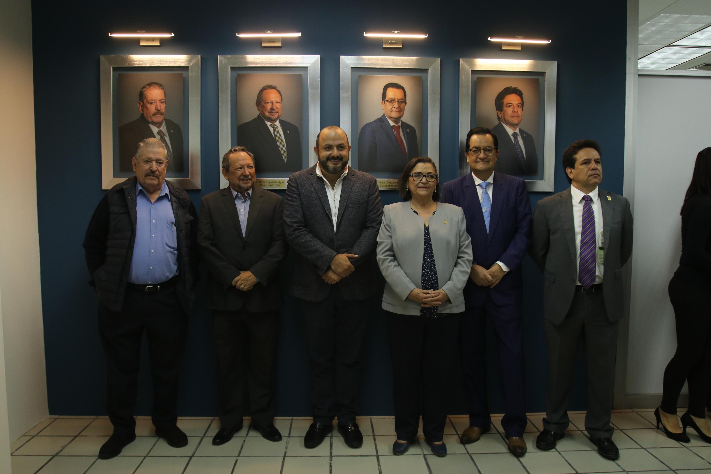 El Rector General de la UdeG, al lado de la rectora de CUCEI y ex rectores de este campus