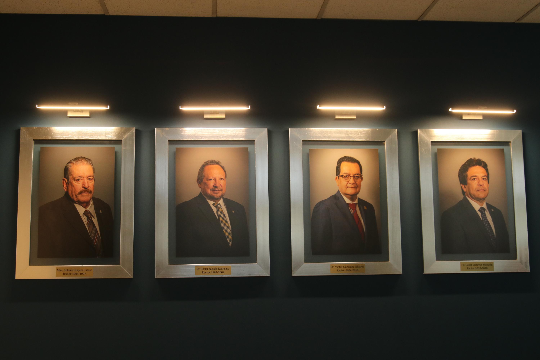 Los retratos de los ex rectores del CUCEI: el maestro Antonio Oropeza, y los doctores Héctor Salgado, Víctor González y César Octavio Monzón.