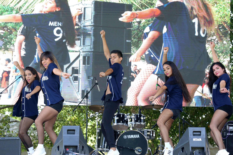 Estudiantes participan con danzas en el Festival Regional de CUCosta