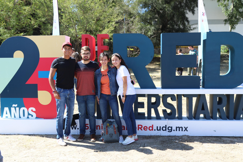Estudiantes del CULagos posan para la foto en los festejos del 25 aniversario de la Red