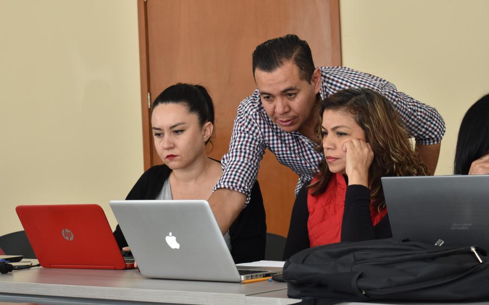 Académicos apoyan para dar clases en línea