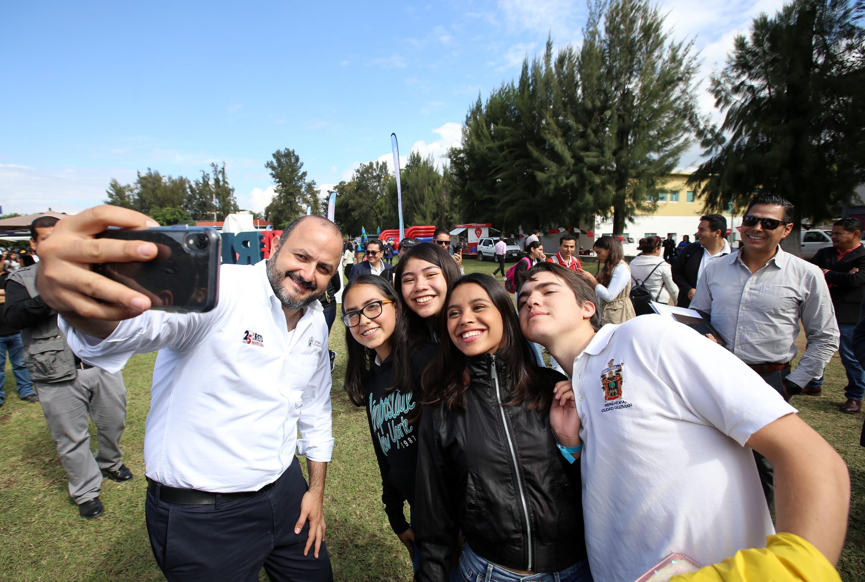 Se toma el Rector General la selfie con estudiantes