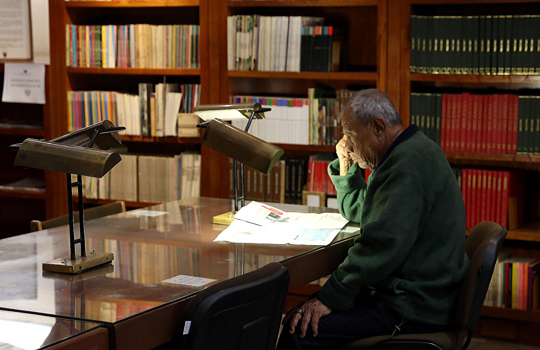En la lectura un adulto mayor en la Biblioteca