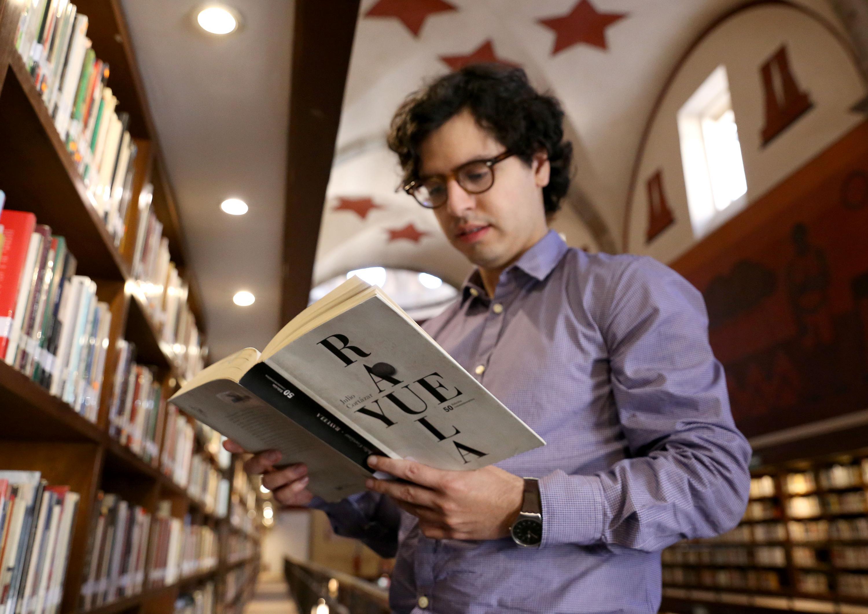 """Joven leyendo """"Rayuela"""" en  la Biblioteca"""