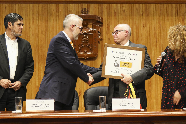 Recibe el Ex rector de UNAM, reconocimiento de manos del Secretario General de la UdeG