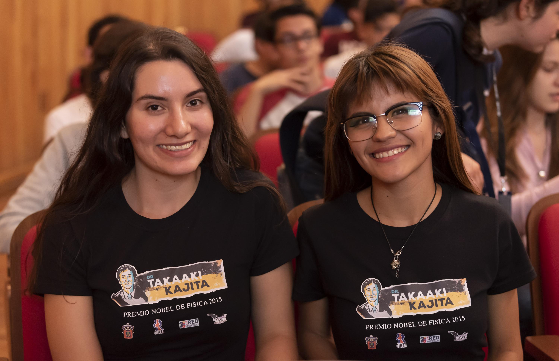 Dos chicas que tren puesta una camiseta del Premio Nobel durante su conferencia
