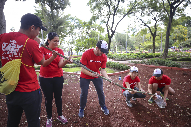 Estudiantes muestran habilidades en el parque