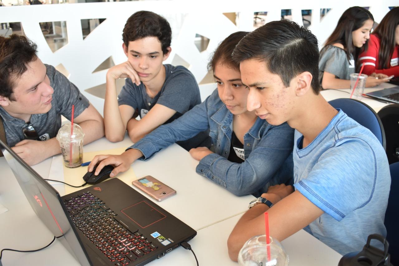 Jóvenes estudiantes reunidos