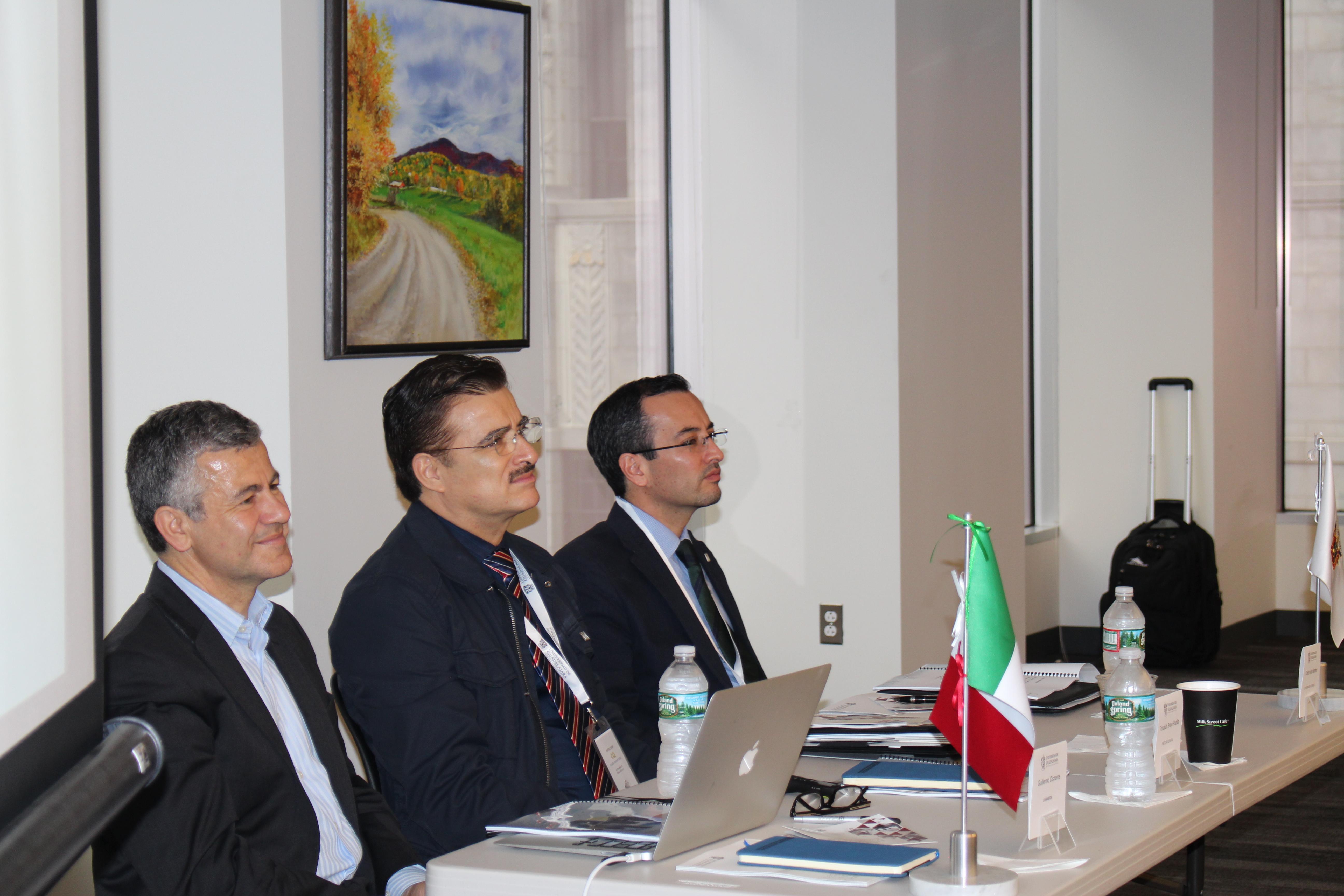 Autoridades representantes del seminario, atentos a la reunión