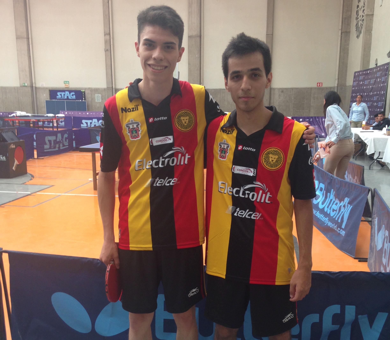 Diego Arévalo de CUCEI y Fabio Guillén, CUAAD ganadores de medalla de plata en la categoría de dobles de la disciplina de tenis de mesa,