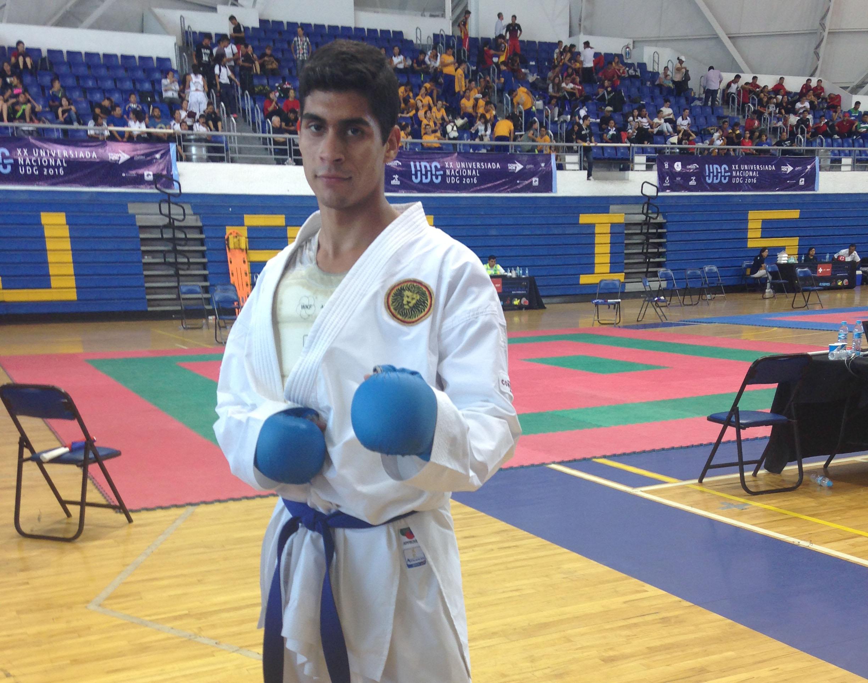 Christian de la Cruz, del CUCEI, ganó la medalla de plata en combate, categoría de -75 kilogramos