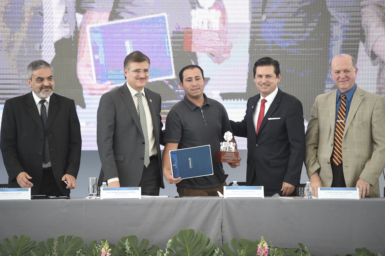 Maestro Itzcóatl Tonatiuh Bravo Padilla, Rector General de la UdeG y doctor José Luis Santana Medina, Rector del CUValles, participando en ceremonia de reconocimiento.