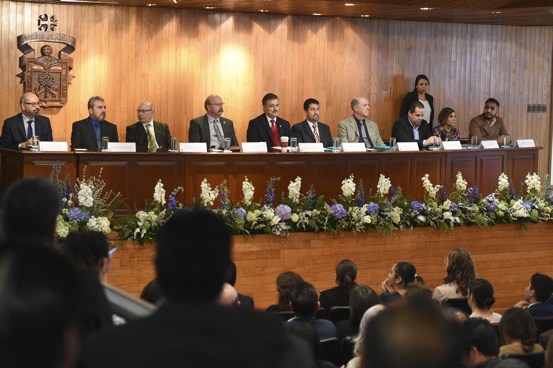 Máximas autoridades de la Universidad de Guadalajara; así como las del SEMS, presentes en el informe de actividades de su Director General.
