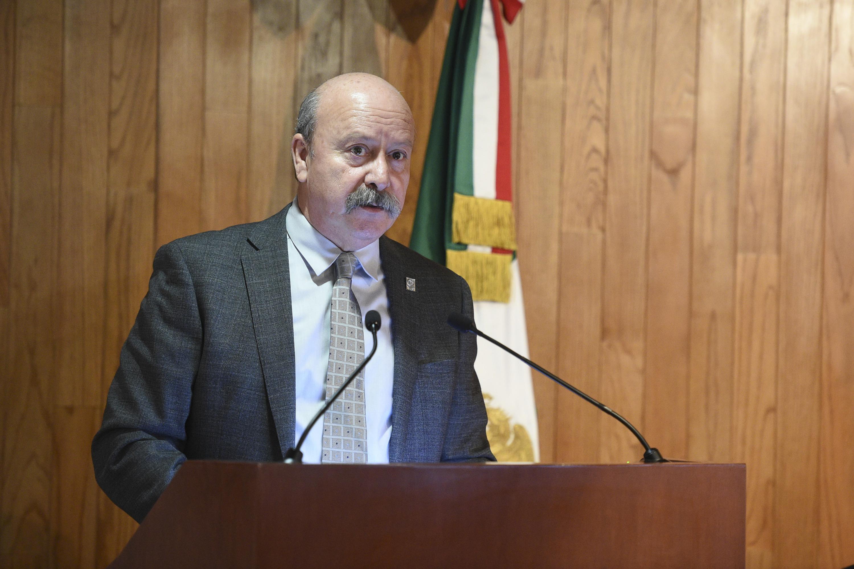 Director General del SEMS, maestro Javier Espinoza de los Monteros Cárdenas, en podium del evento haciendo uso de la palabra.