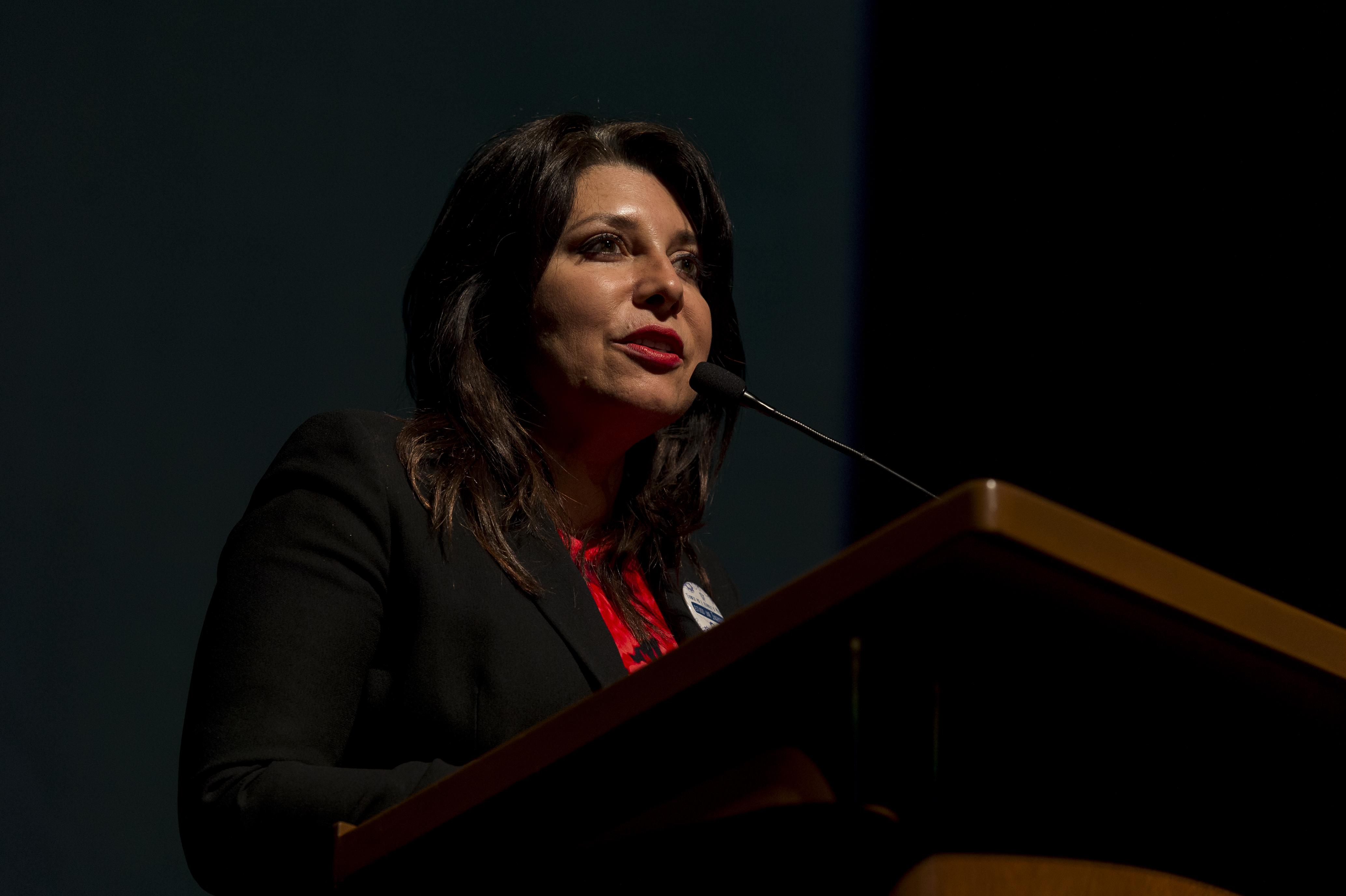 Doctora Carmen Rodríguez Armenta, titular de la Coordinación General Administrativa, de la Universidad de Guadalajara, en podium del Teatro Diana, haciendo uso de la palabra.