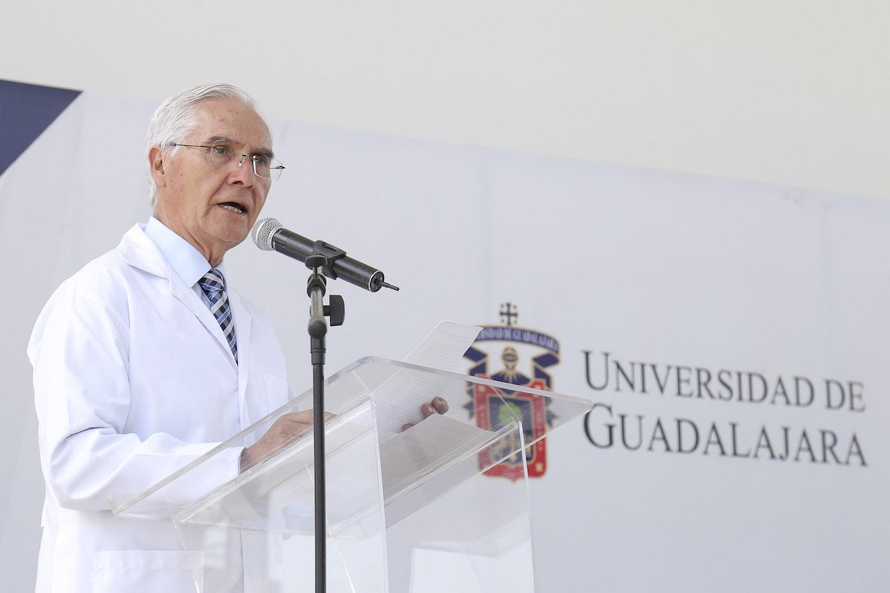 El doctor Alfredo Ramos Ramos habla al micrófono con los estudiantes