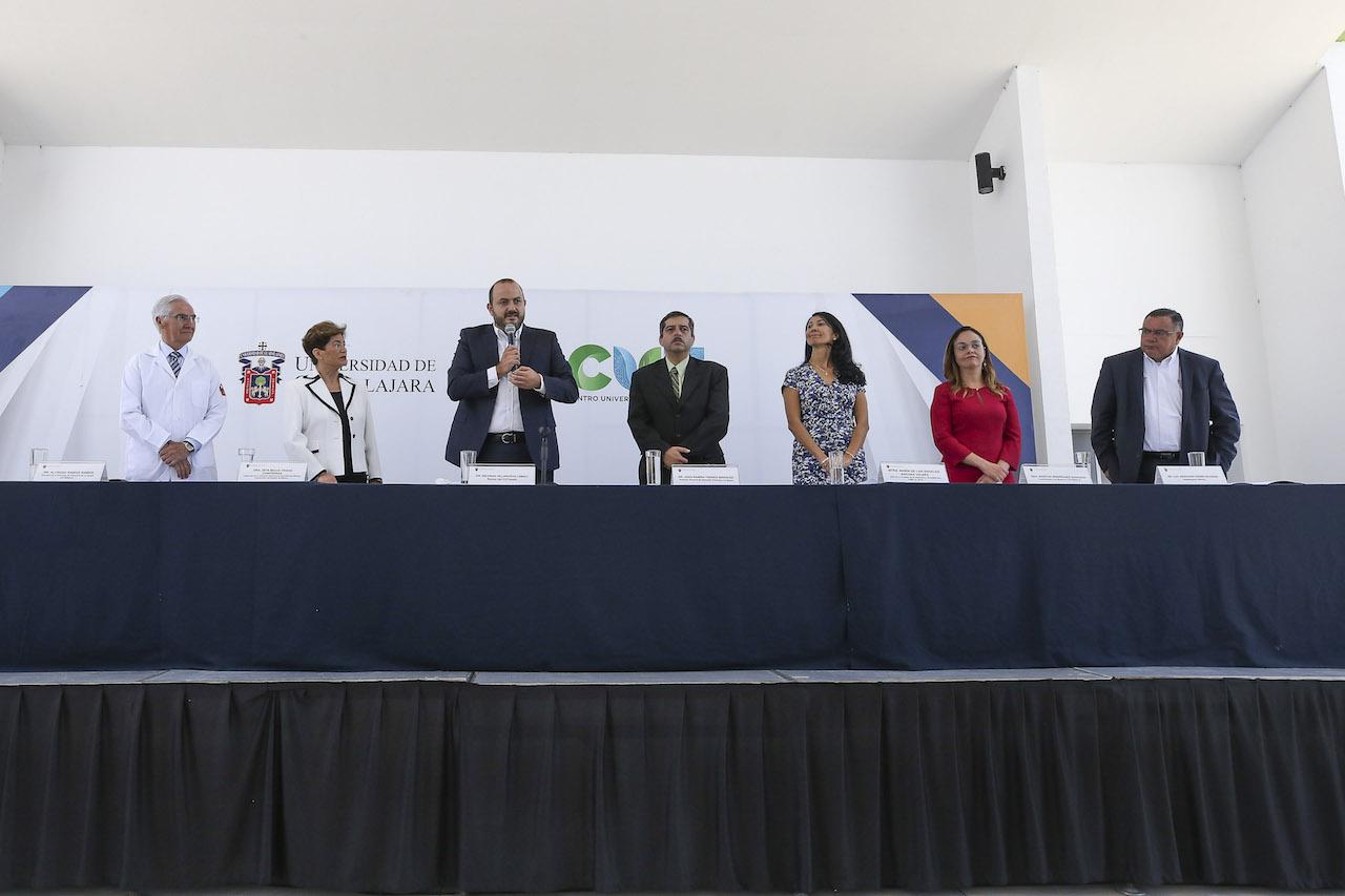 El rector de CUTONALA y otras seis autoridades en la mesa de presidium