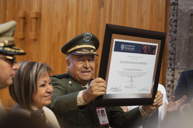 el mayor José Trinidad López Rivas muestra su reconocimiento por 57 años en el área de protección civil