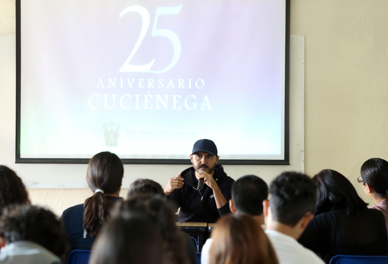 """El reportero explica cómo realizó su reportaje """"El día que el 'Sol' se apagó en Los Agaves"""" a los estudiantes de Periodismo del CUCiénega"""