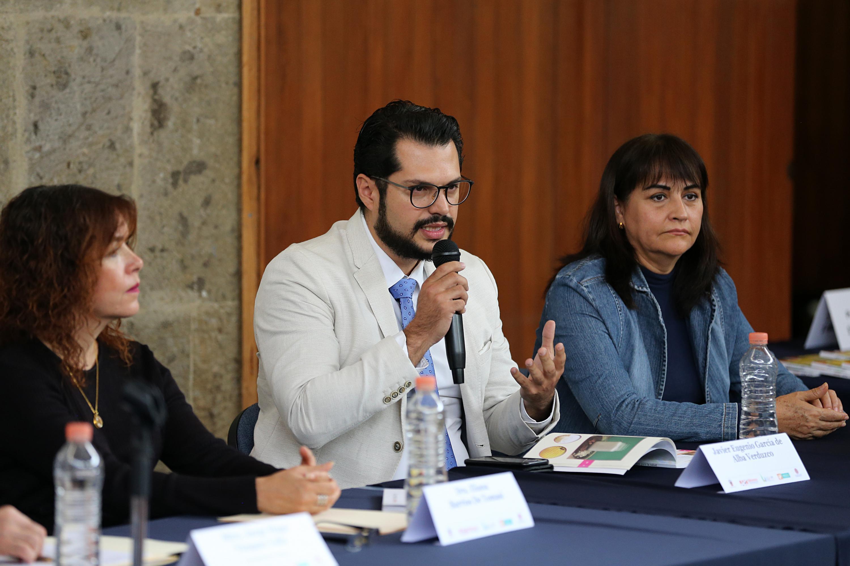 Doctor Javier García de Alba Verdugo, uno de los autores del libro y académico del CUCBA; con micrófono en mano, haciendo uso de la palabra, en presentación del libro.