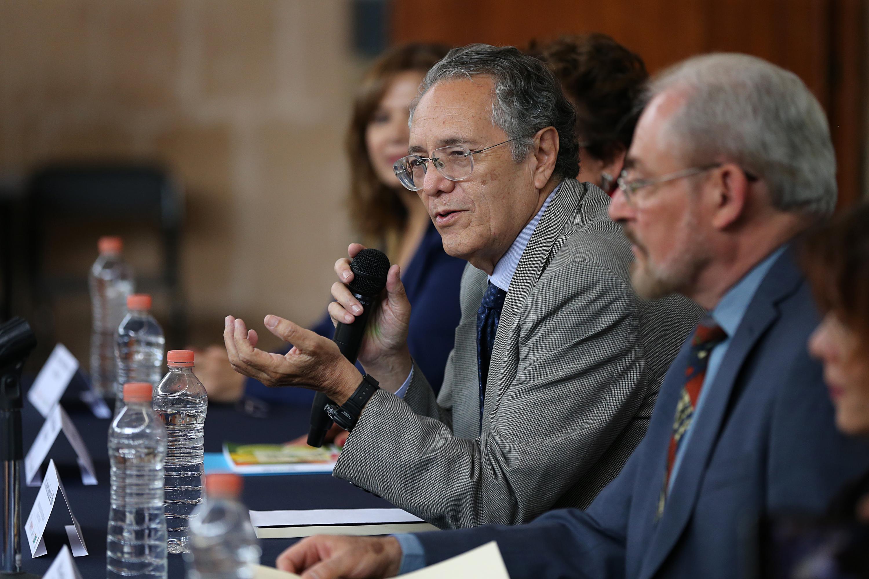 Doctor Javier Eugenio García de Alba Verduzco; académico y uno de los autores del libro; con micrófono en mano, haciendo uso de la palabra, en el evento.