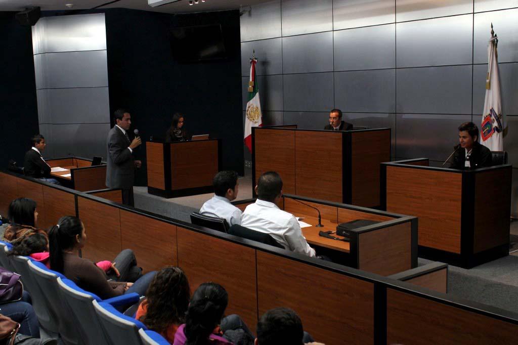 Juez y publico asistente en sala de juicios orales