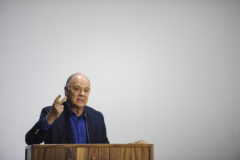 El historiador mexicano Enrique Krauze, dando su conferencia del riesgo del poder en una sola persona.