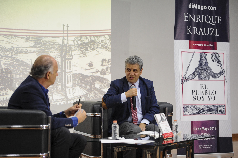 Rector del CUCSH, doctor Héctor Raúl Solís Gadea, conversando con el historiador Enrique Krauze.