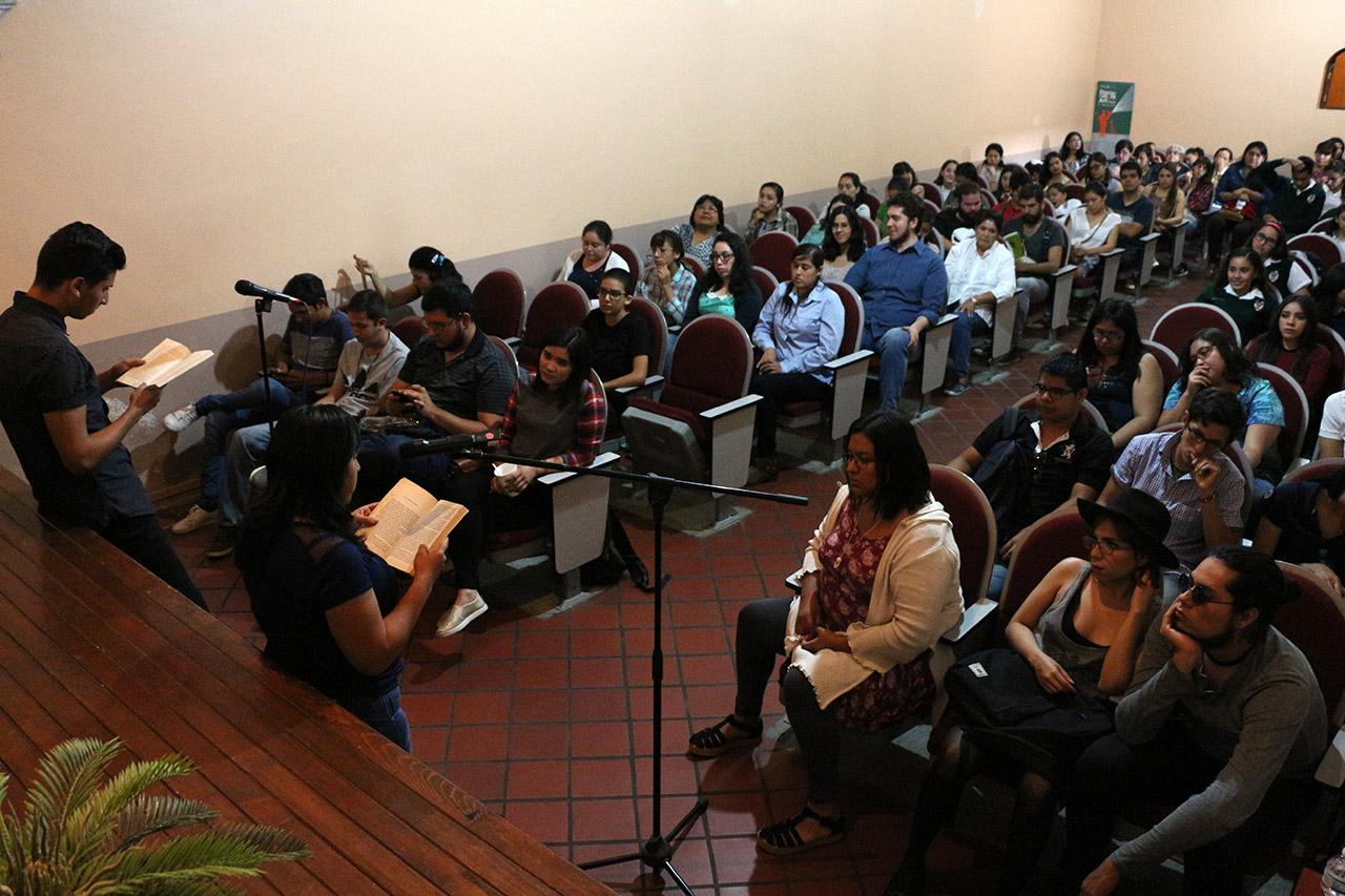 """Sala Ramón Villalobos Castillo """"Tijelino"""" de la Casa del Arte """"Vicente Preciado Zacarías"""", recinto cultural del Centro Universitario del Sur (CUSur) dio cobijo a los lectores del propio campus"""