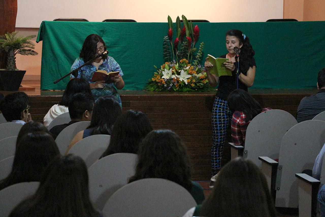 Alumnas leyendo una selección de cuentos de El llano en llamas.