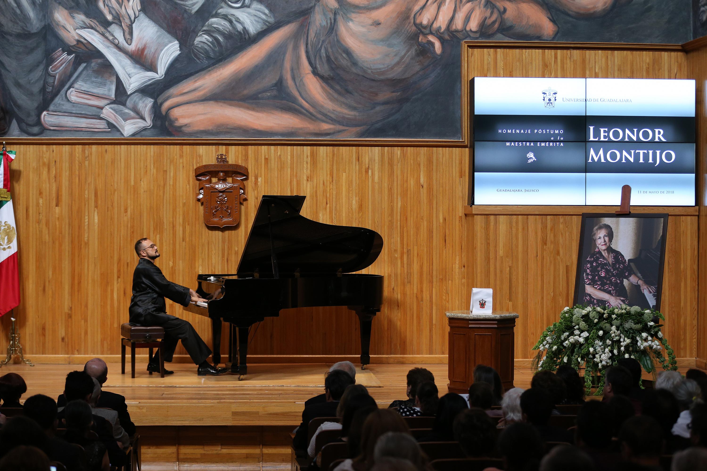 Un pianista interpreta una canción durante el homenaje del paraninfo univedrsitario