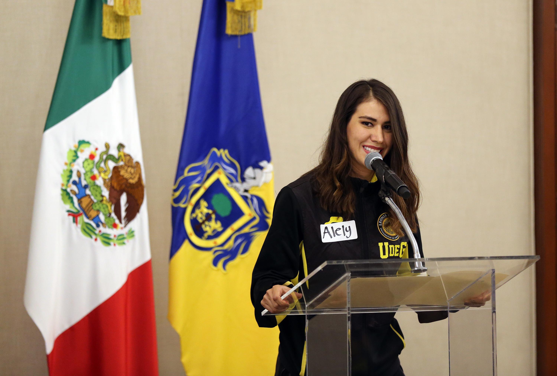 Alely Hernández, atleta medallista en la disciplina de esgrima y estudiante del Centro Universitario de Ciencias Económico Administrativas (CUCEA), ofreciendo discurso.
