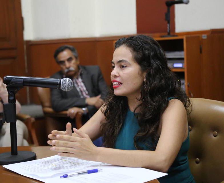Natalia Mendoza Servín, designada como comisionada presidente suplente del ITEI, haciendo uso de la palabra ante micrófono.