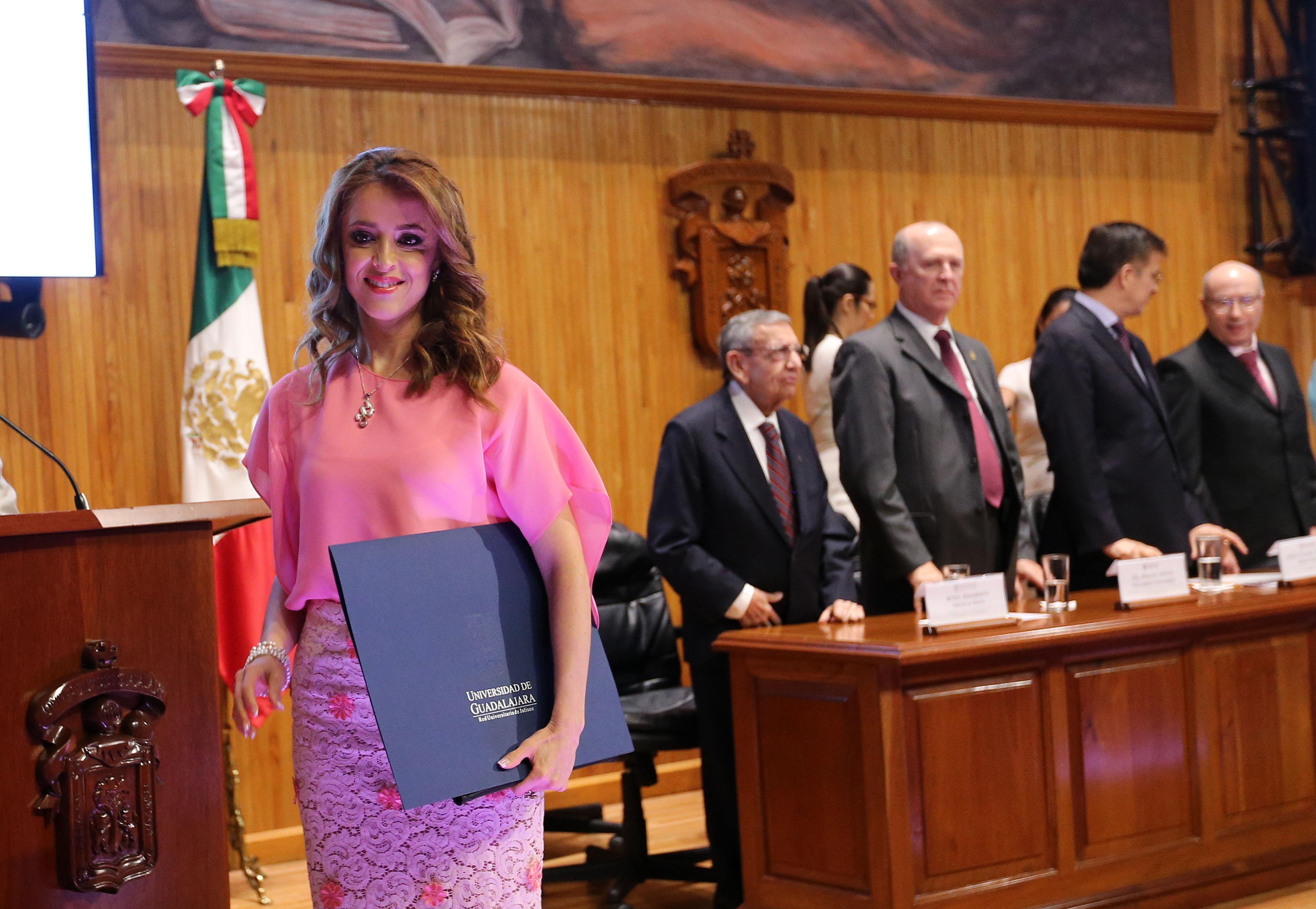 Doctora Irma Leticia Leal Moya, mostrando la carpeta de su  nombramiento, donde se le rectifico como Rectora del centro universitario del CUAltos.