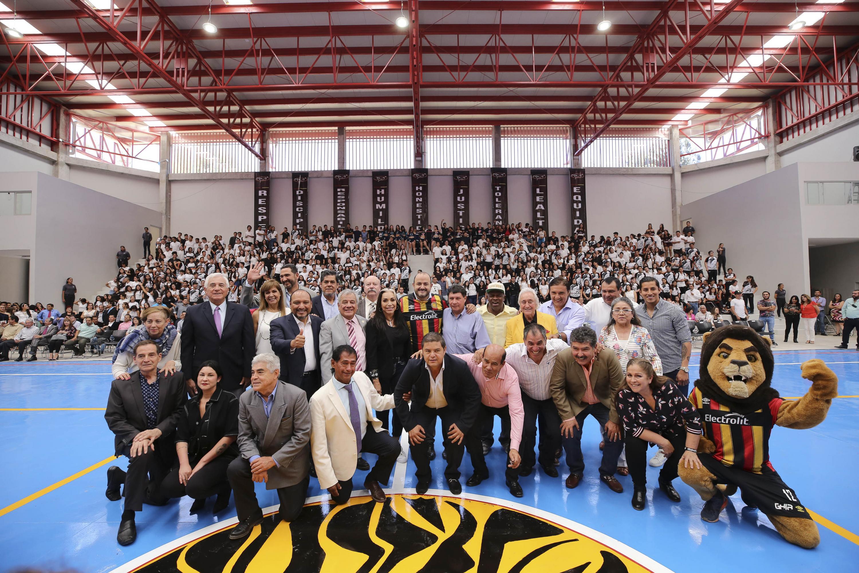 Autoridades universitarias, de gobierno y deportistas de la UdeG, quienes han destacado en diversas disciplinas en los ámbitos local, nacional e internacional, posando para fotografía grupal
