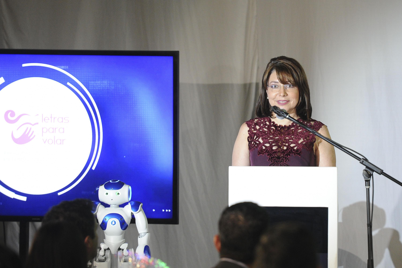 En representación del Rector General de la Universidad de Guadalajara (UdeG), la Vicerrectora Ejecutiva, doctora Carmen Rodríguez Armenta, haciendo uso de la palabra.