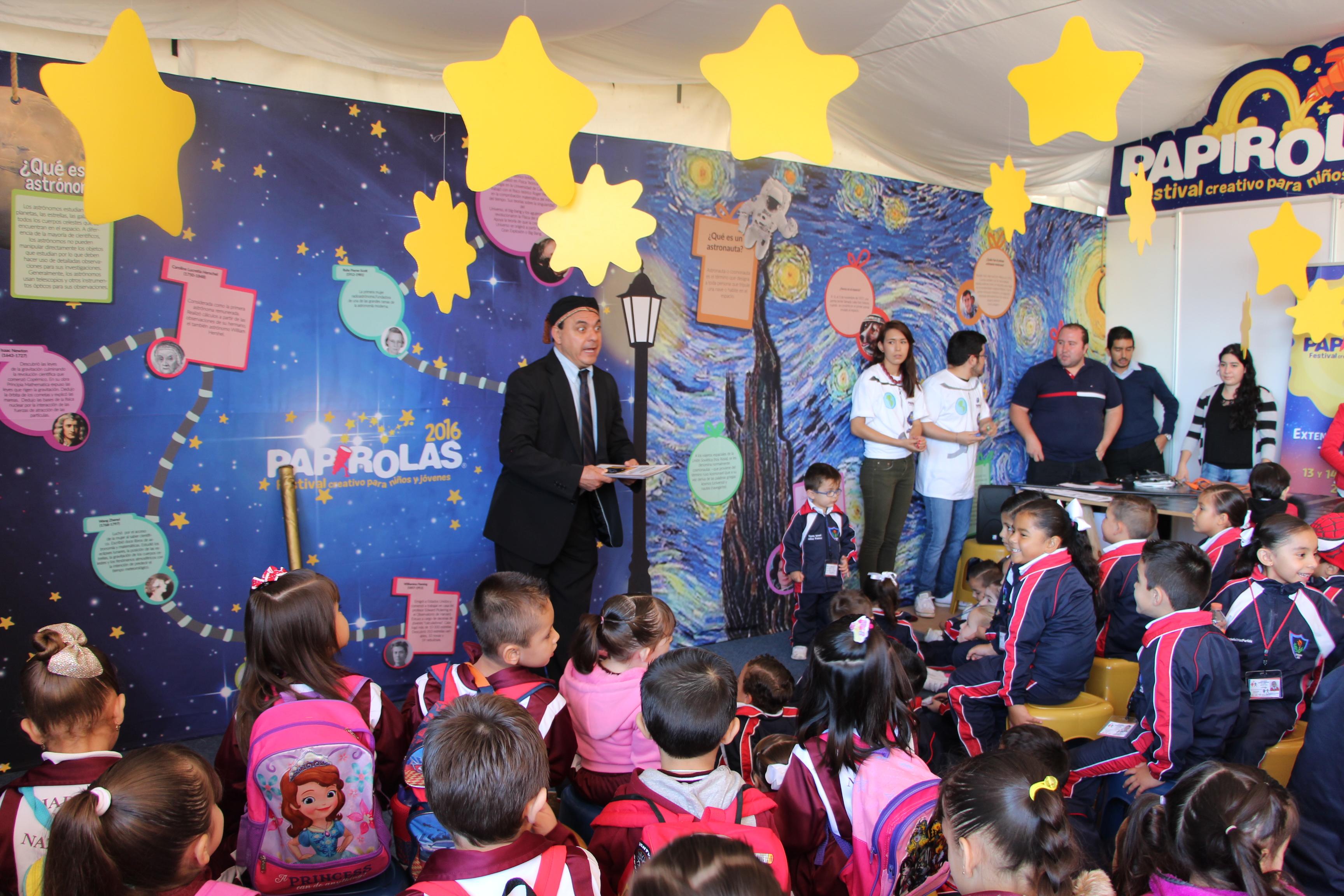 Niños participando en el pabellón de papirolas en la Feria Internacional del Huevo