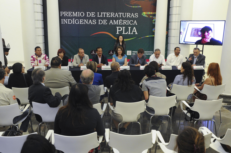Mesa de presidium durante el anuncio del premio, con presencia de jurado y la Vicerrectora Ejecutiva de la UDG