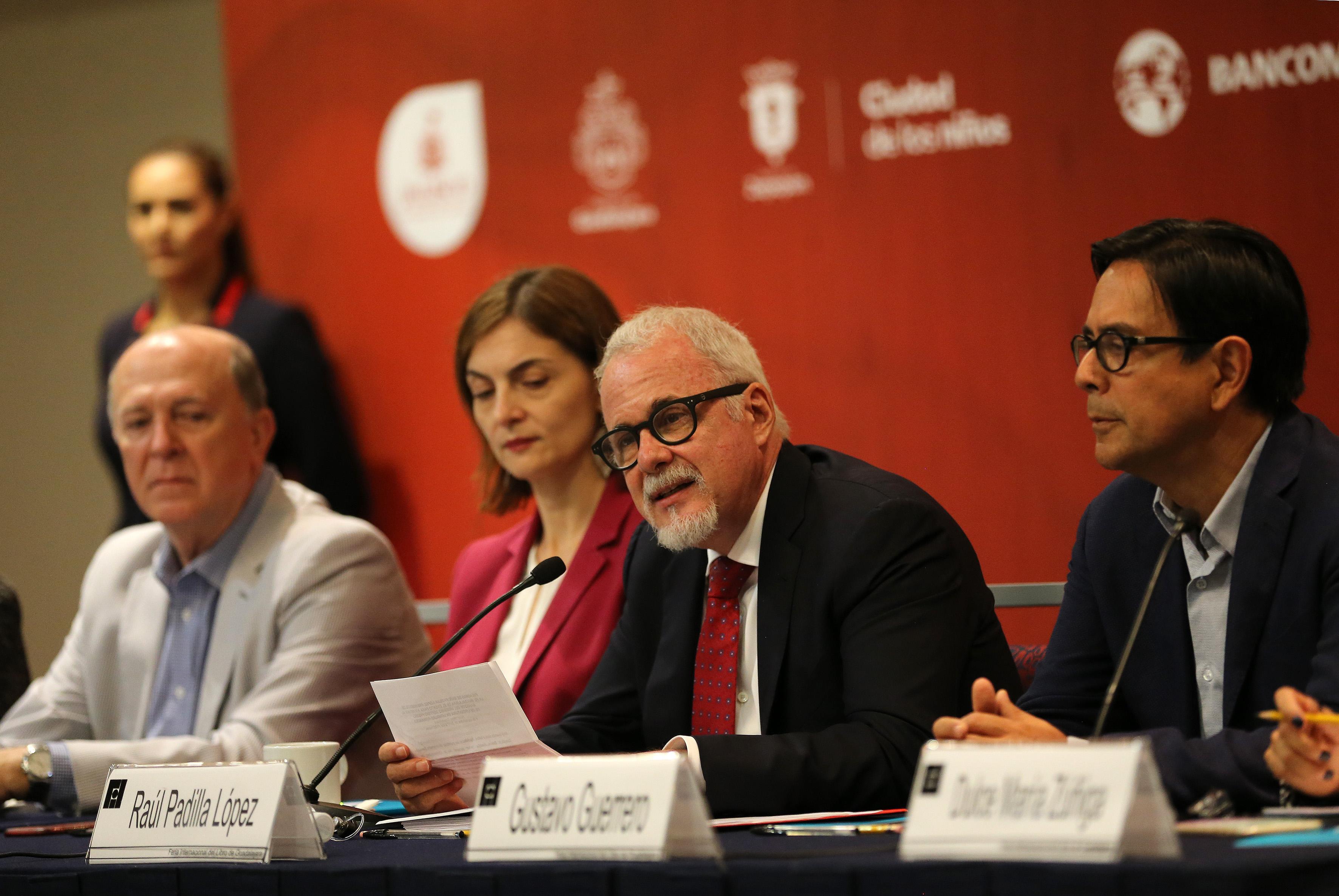 Licenciado Raúl Padilla López, presidente de la Asociación Civil del Premio FIL de Literatura en Lenguas Romances y también presidente de la FIL, haciendo uso de la palabra.