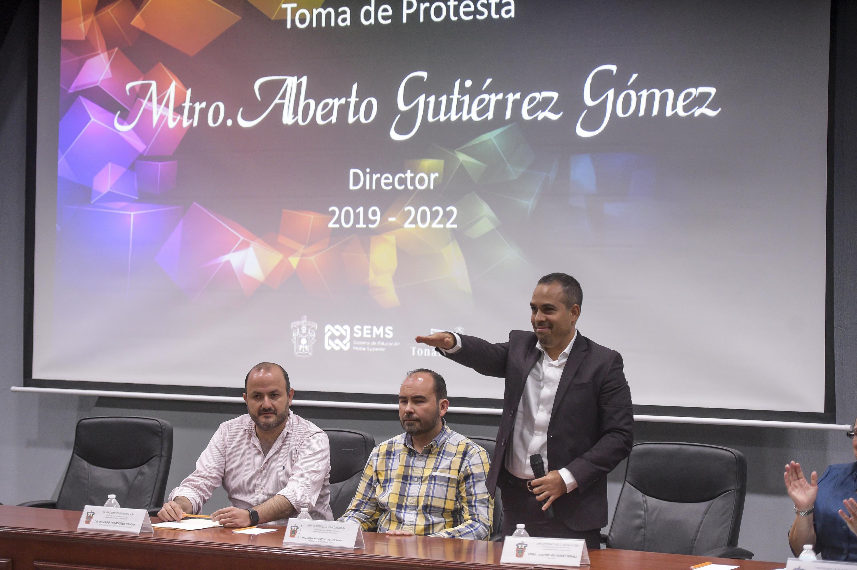 Maestro Alberto Gutiérrez Gómez, rindiendo protesta como Director de la Preparatoria de Tonalá Norte, para el periodo 2019-2022