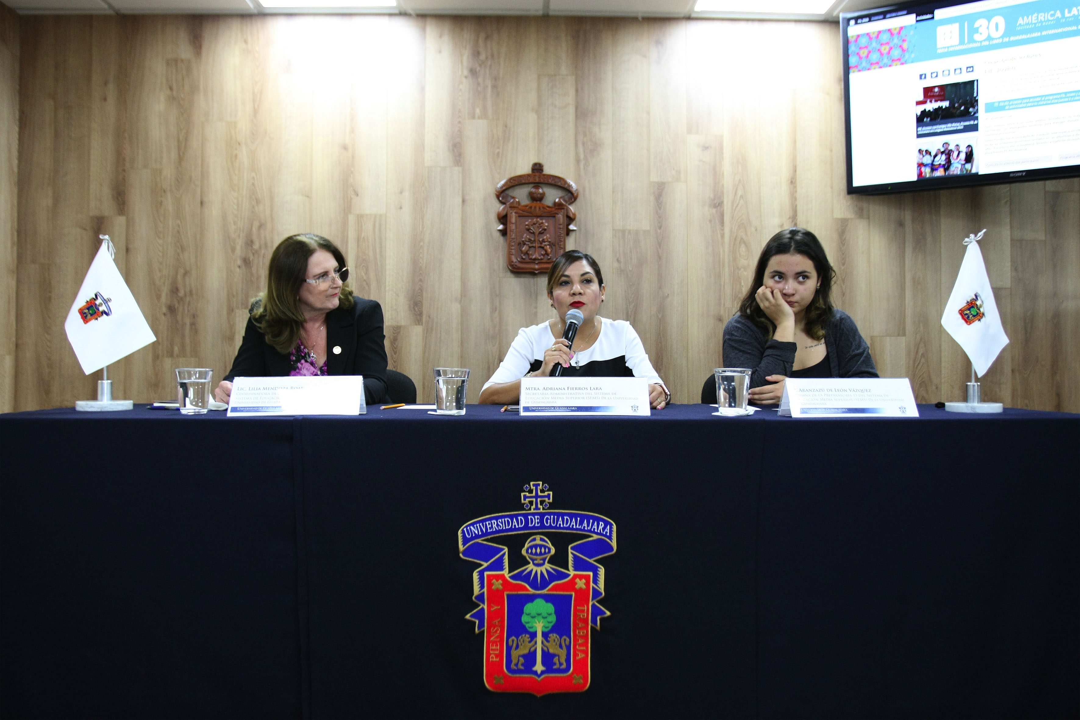 Mtra. Adriana Fierros Lara, secretaria administrativa del SEMS en rueda de prensa anunciando las principales actividades son: Ecos de la Fil, Creadores Literarios Fil Joven y Cartas a Antonio Ortuño, así como talleres para profesores y alumnos.