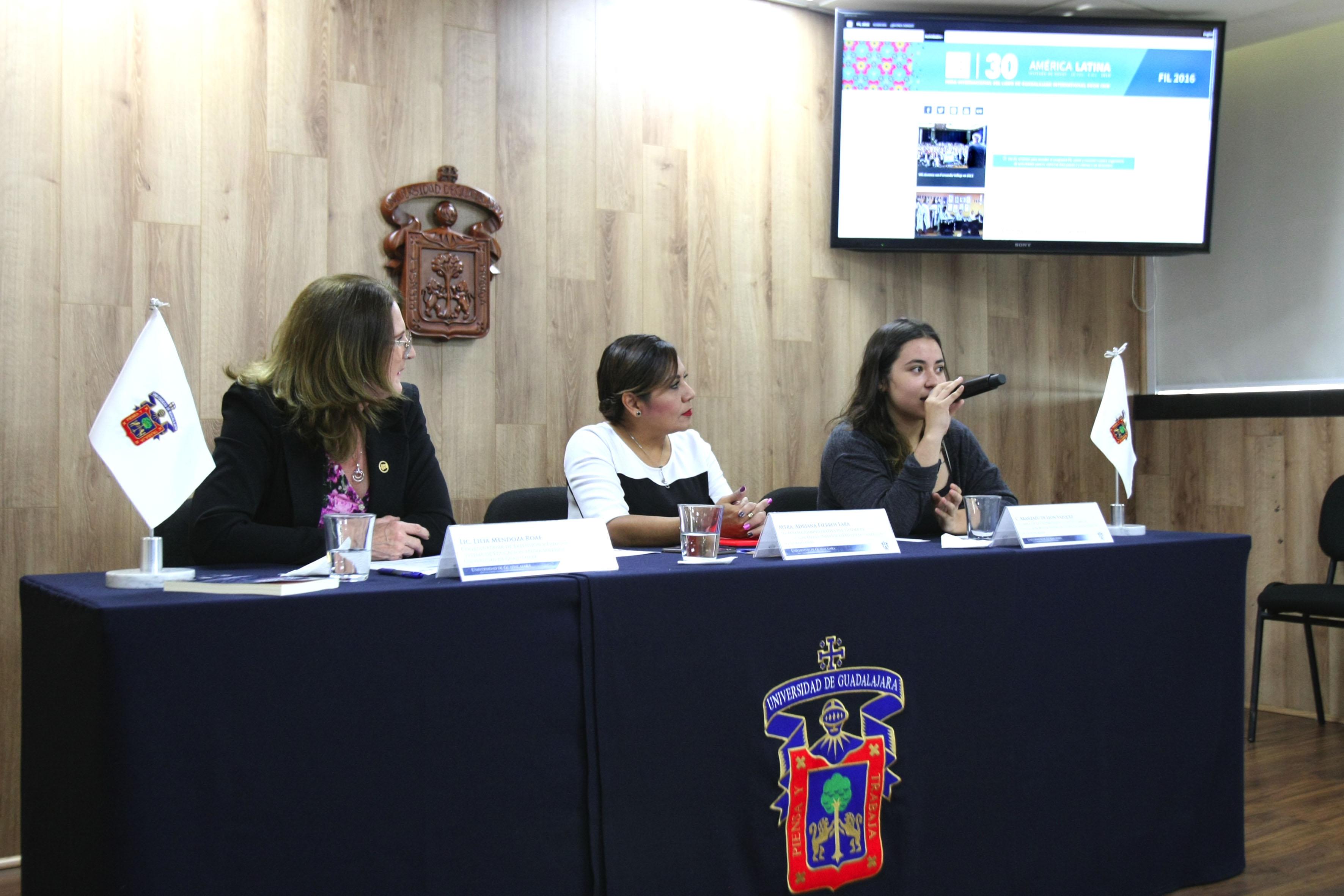 Alumna de sexto semestre de la Preparatoria 13, Aranzazú de León Vázquez haciendo uso de la palabra