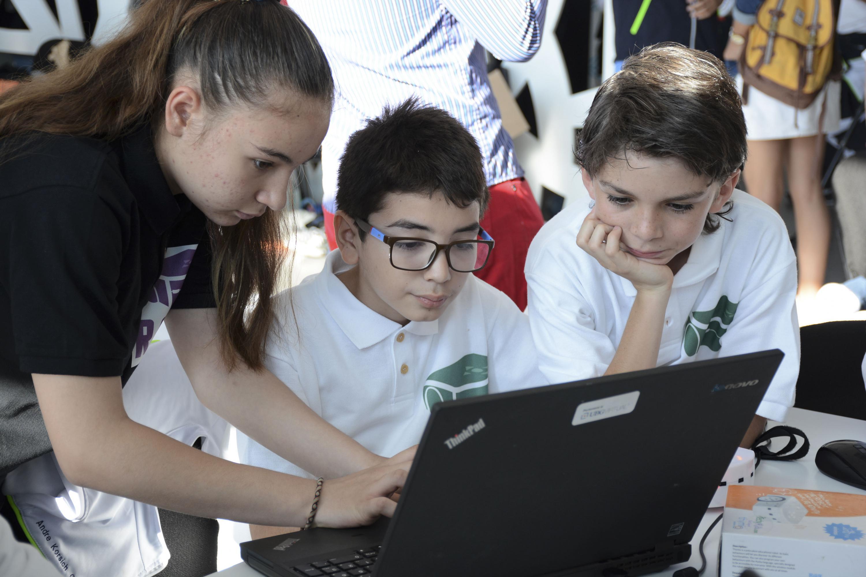 """Niños de primaria participando en el encuentro de robótica """"R2T2 Operation Richter"""