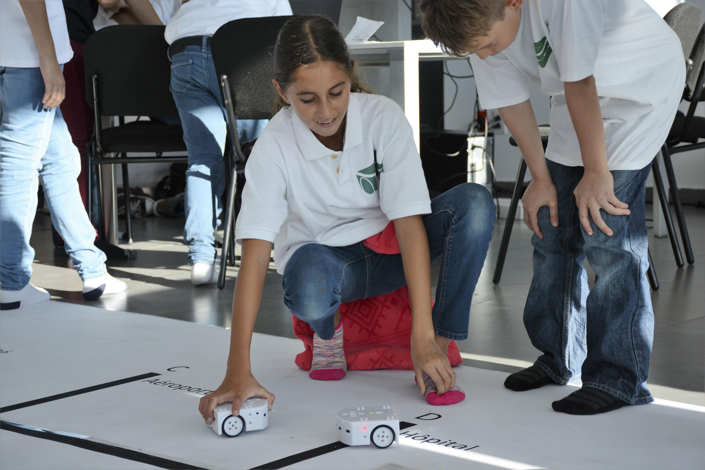 """Alumnos del Colegio Franco Mexicano, quienes fueron entrenados por un equipo de instructores de UDGVirtua, durante el encuentro de robótica """"R2T2 Operation Richter"""