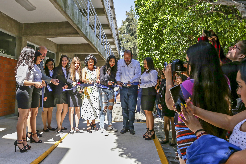 Autoridades de la Universidad de Guadalajara y estudiantes de la Preparatoria 13 cortando el listón inaugural